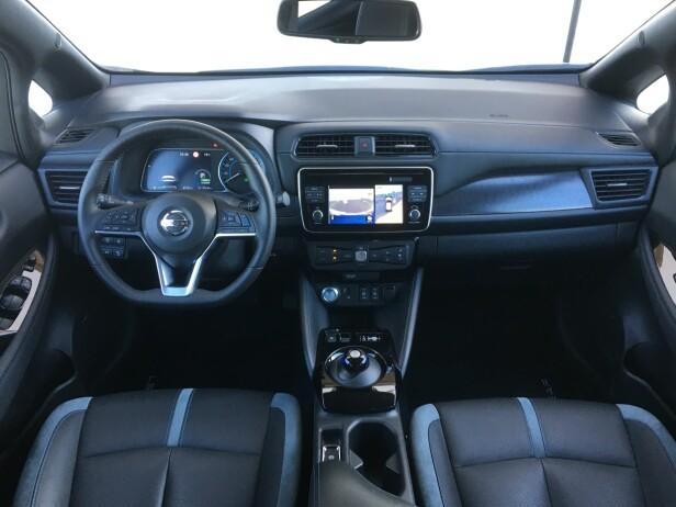 BUSINESS AS USUAL: Ingenting skriker elbil i det nye Nissan Leaf-interiøret, men transmisjonsvelgeren som erstatter en tradisjonell girspak, er hentet fra foregående generasjon. Foto: Knut Moberg