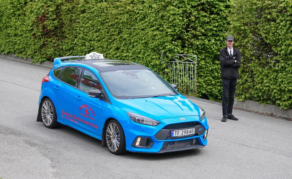 MILJØTAXI: - RSen har lavere CO2-utslipp enn Audi Q7-en som jeg kjørte tidligere. Så den er nesten litt miljøvennlig, sier Evald Jåstad. Foto: Paal Kvamme