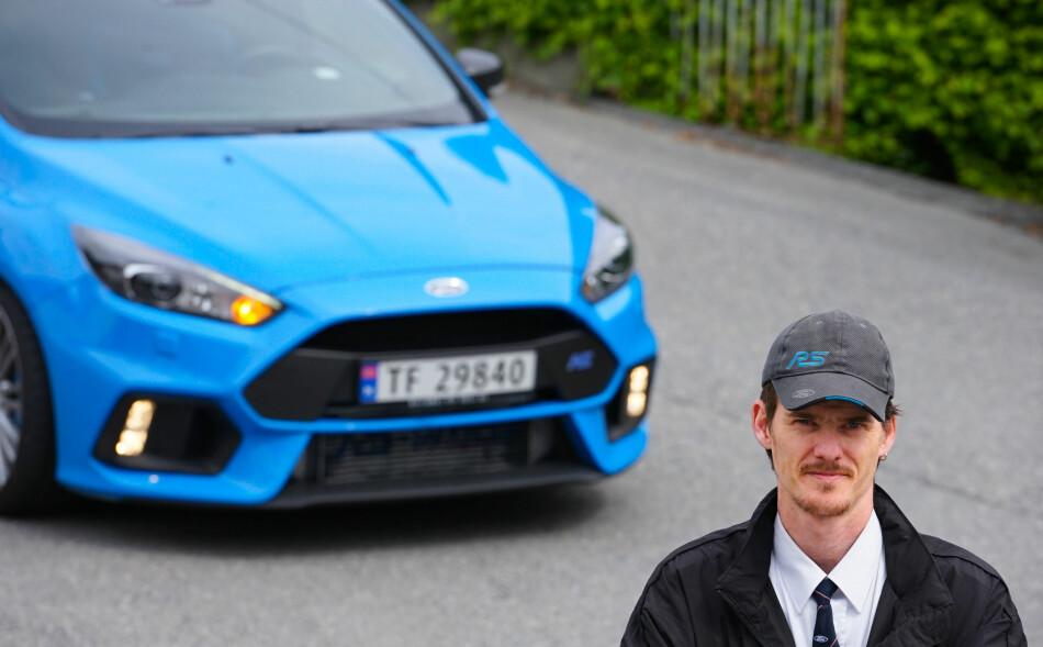 MORGENSTEMNING: - Jeg gleder meg hver dag til å fyre opp bilen og kjøre til jobb, sier Evald Jåstad. Han bor i Ullensvang, men kjører taxi i Odda Taxi. Foto: Paal Kvamme