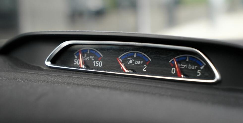 FULLT TRØKK: Midt på dashbordet har turbotaxien spesielle målere med turbotrykk, oljetrykk og oljetemperatur. Foto: Paal Kvamme