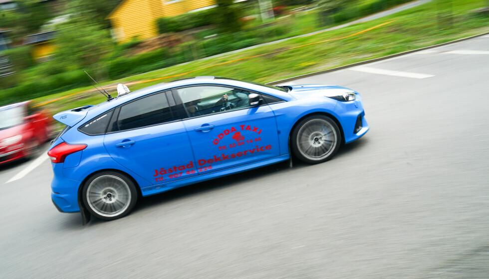 OPPSIKTSVEKKENDE: Evald Jåstad blir lagt merke til i Odda med sin Ford Focus RS. Foto: Pål Kvamme
