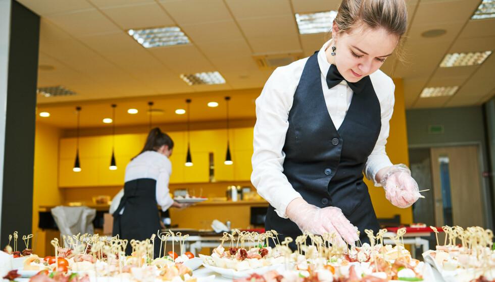 LOVFESTET MINSTELØNN: Fra januar 2018 omfattes også overnattings-, serverings- og cateringbedrifter av en allmenngjort tariffavtale, som betyr at de ansatte har lovfestet krav på minstelønn. Foto: Dmitry Kalinovsky/Shutterstock/NTB scanpix.
