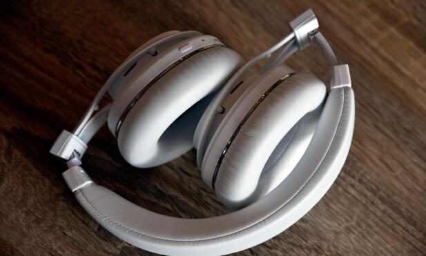 KAN BRETTES: Med i esken får du også ei veske du kan ha hodetelefonene i når de ikke er i bruk. Foto: Pål Joakim Pollen