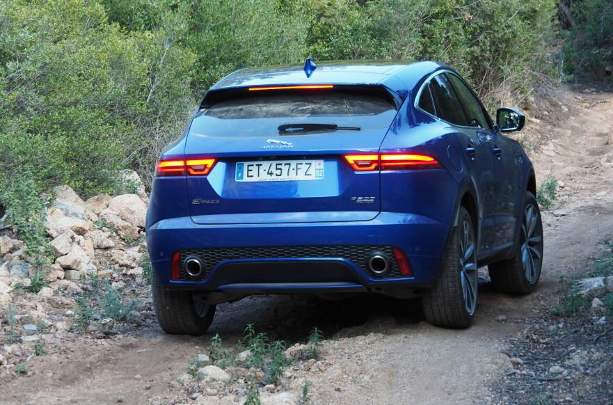 KAN HVIS DU VIL: 20 cm bakkeklaring, 50 cm vadedybde og kapabel firehjulsdrift gjør Jaguaren potent utenfor veien også. Foto Rune M. Nesheim