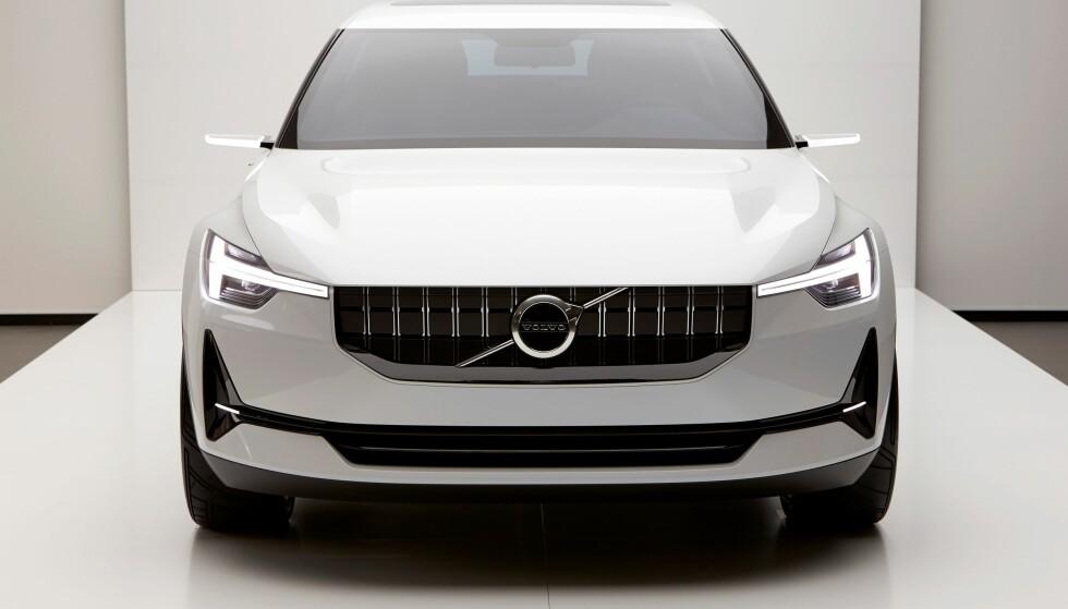 <strong>SMÅSINNA:</strong> Rimelig strengt oppsyn på konseptbilen, men umiddelbart gjenkjennbar som en Volvo, med Thors hammer i lyktene og diagonalen med den spesielle varianten av Mars- eller maskulinitetssymbolet i fronten. Spørs om den kommende elbilen vil få et litt snillere uttrykk. Foto: Volvo