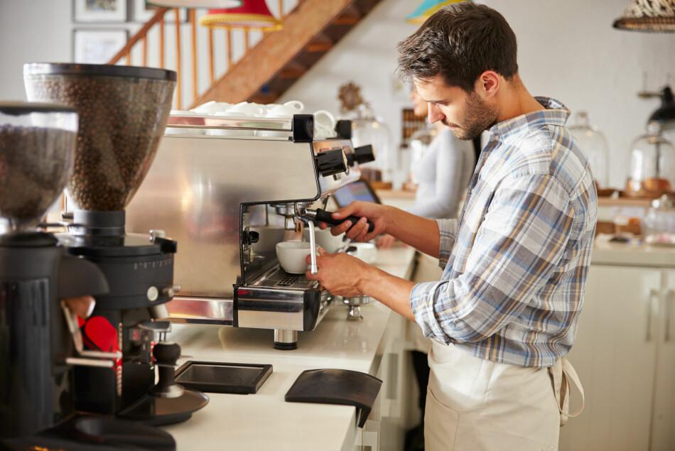 TJENER DÅRLIG: Servitører og kafémedarbeidere er blant de som tjener dårligst, ifølge lønnsstatistikken til SSB. Foto: Shutterstock/NTB Scanpix