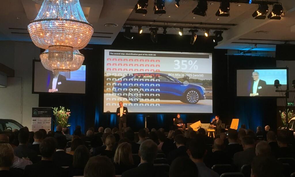 SPÅR VOLDSOM VEKST: 35 prosent batterielektriske biler på verdensbasis, spår sjefen for elektrifisering hos Audi, dr Stefan Niemand, som vi ser her på Nordic EV Summit i Oslo. Foto: Knut Moberg