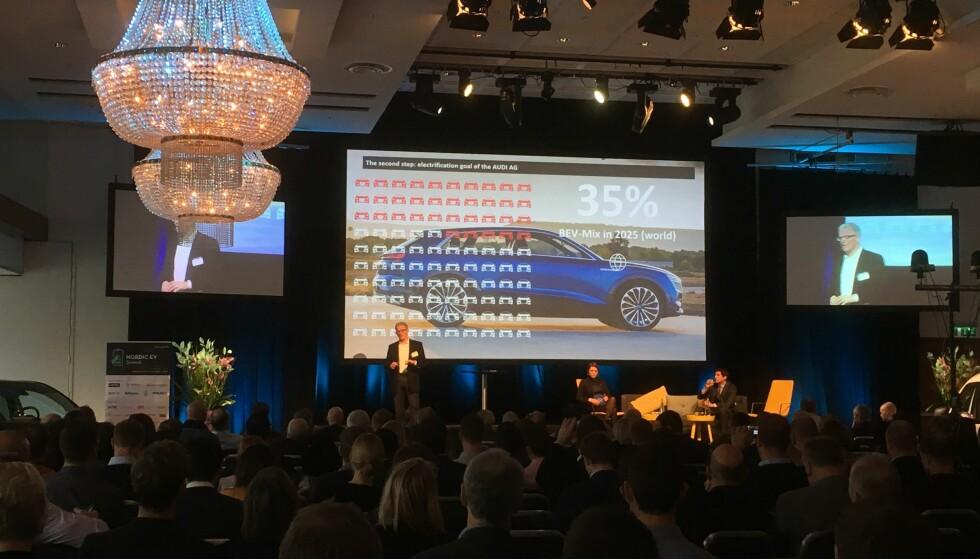 <strong>SPÅR VOLDSOM VEKST:</strong> 35 prosent batterielektriske biler på verdensbasis, spår sjefen for elektrifisering hos Audi, dr Stefan Niemand, som vi ser her på Nordic EV Summit i Oslo. Foto: Knut Moberg