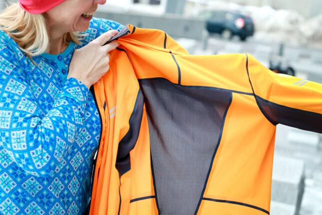 MYE LUFTING: Det er store luftepartier på rygg og under armene. En jakke som nok vil funke bedre på høst og vår. I kuldegrader blir det rett og slett for mye lufting. Foto: Ole Petter Baugerød Stokke