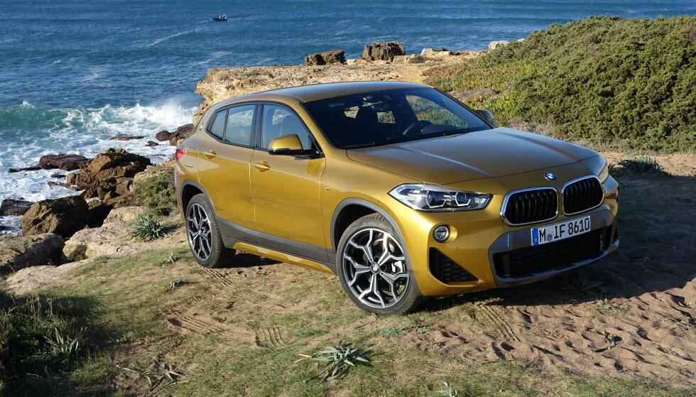 NYESTE X: BMW kunne ikke la Mercedes, med sin GLA, være alene om beinet i nisjekategorien mellom premium-kompaktkombien og premium-kompakt-SUV-en. Komplisert? Ja, for dette er et rent og purt marketing-produkt - men vi tror det kan slå an hos dem som tenker mindre tradisjonelt. Og bilen er bra, den! Foto: Knut Moberg