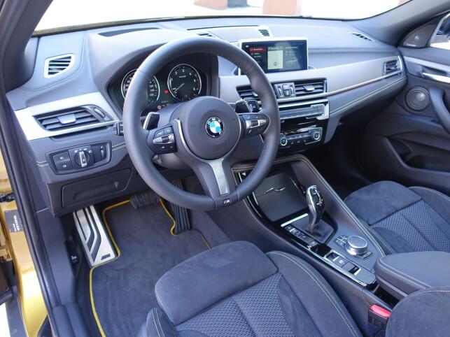 FØRERORIENTERT: BMW har i bortimot uminnelige tider sørget for å gi føreren ergonomisk prioritet. Dette er også i sterk grad tilfellet i nye X2. Foto: Knut Moberg
