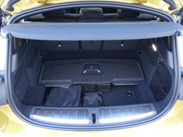 ROMSLIG: Det er god plass i X2-bagasjerommet og et praktisk ekstrarom under gulvet. Foto: Knut Moberg