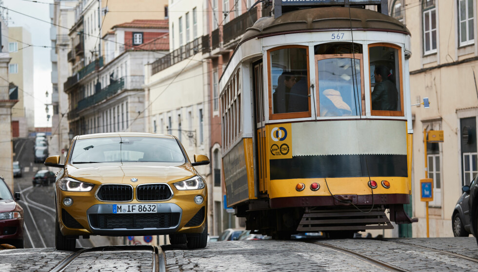 BROSTEINER MERKES: I det minste med det ekstra-stive oppsettet testbilene hadde, ble de små ujevnhetene, som her i gatene i Lisboa, i overkant merkbare inne i kupéen. Foto: BMW