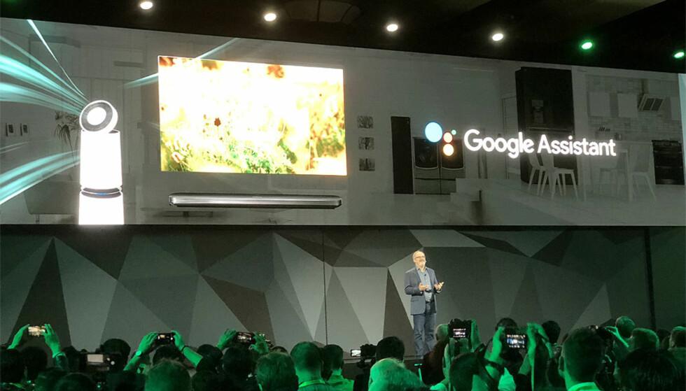 LG VALGTE GOOGLE: LGs 2018-modeller vil være utstyrt med Googles kunstige intelligens Assistant. Det samme vil TV-er fra Philips og Sony. Her fra LGs presselansering i forkant av årets CES-messe i Las Vegas. Foto: Bjørn Eirik Loftås.