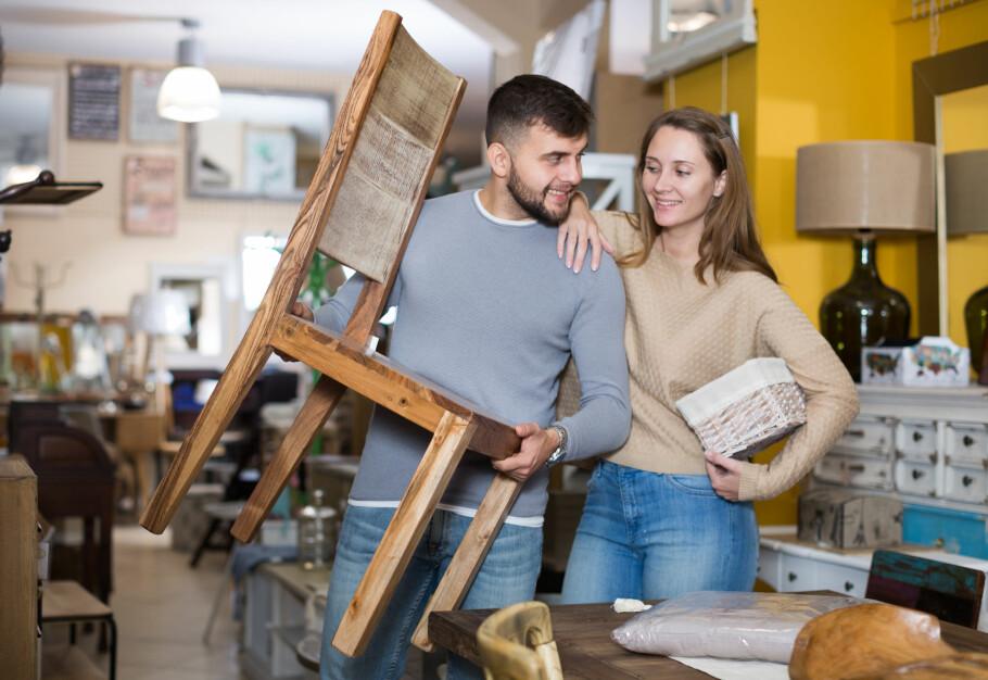 EKTE ELLER FALSK: Handler du for eksempel møbler, er det fare for å komme borti falske varer. Disse trenger ikke nødvendigvis å være dårligere enn ekte vare, men tror du at du betaler for noe ekte og får noe falskt, har du krav på pengene tilbake. Foto: Shutterstock / NTB Scanpix