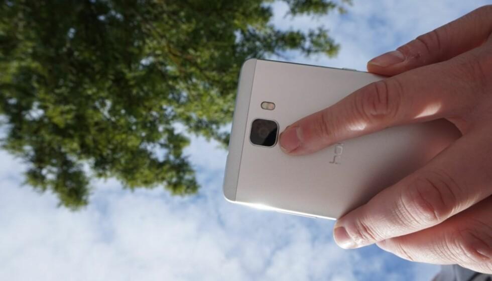 <strong>TREKK NED:</strong> Noen telefoner, blant annet fra Huawei, lar deg sveipe nedover på fingeravtrykksleseren på baksiden for å vise varslene på telefonen. Her på Honor 7 fra 2015. Foto: Pål Joakim Pollen