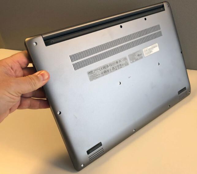 BØR STÅ FLATT: PC-en har innsug av luft fra undersiden, så den bør stå på et bord når du bruker den - spesielt hvis den utsettes for høy belastning. Foto: Bjørn Eirik Loftås