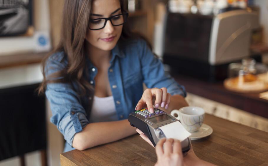 KAFFE PÅ KORT? - Ikke noe problem, men bruker du kontanter er det lettere å spare penger ifølge økonomene. Foto: Shutterstock/NTB Scanpix.