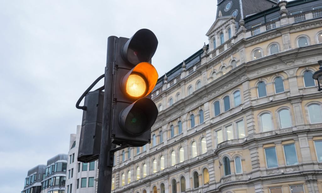 «TAXIGRØNT»: Kan du kjøre på gult lys eller ikke? Det er et spørsmål mange lurer på. Foto: Shutterstock