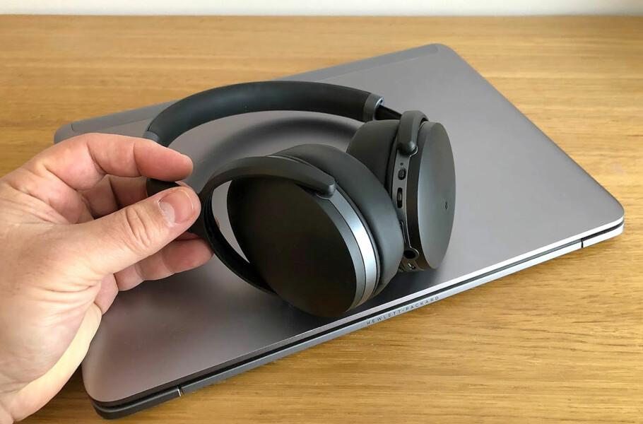 KABELFRI HVERDAG: Trådløse hodetelefoner kan kobles til PC-en din, men prosessen er ikke fullt så strømlinjeformet som på mobilen. Her forteller vi deg hvordan du går fram. Foto: Bjørn Eirik Loftås