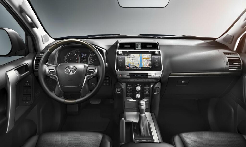 OPPGRADERT: Interiøret er blitt ryddigere, fått større skjerm, nytt ratt, og en multiskjerm mellom instrumentene. Foto: Toyota