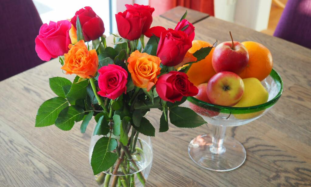FRUKT OG BLOMSTER HØRER IKKE SAMMEN: Plasser fruktfatet langt unna blomsterbuketten. Frukt utskiller etylengass som får blomstene til å modnes raskere - og det vil du jo ikke! Foto: Kristin Sørdal