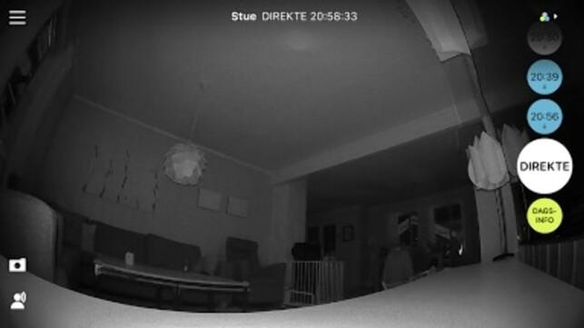 NATTMODUS: Her ser vi direkte hva som foregår i stua, selv om den er helt mørklagt. Legg merke til klokkeslettene til høyre. Det er tidspunkter kameraet har tatt opp video. Et klikk på klokkeslettene starter avspilling av det aktuelle klippet. Skjermdump: Bjørn Eirik Loftås