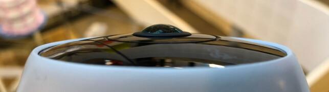 180 GRADER: Frontlinsa buler ut for å kunne fange mest mulig rundt i rommet - helt til død vinkel. Foto: Bjørn Eirik Loftås