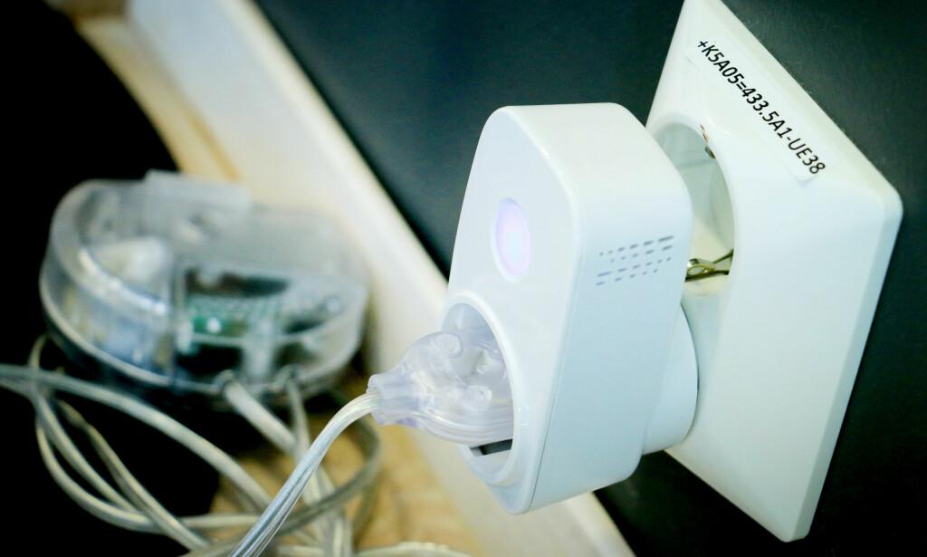 AV OG PÅ FRA NETT: Clas Ohlsons Home-smartbryter gjør én ting. Den skrur av lyset, kaffetrakteren eller TV-en - også når du ikke er hjemme. Foto: Ole Petter Baugerød Stokke