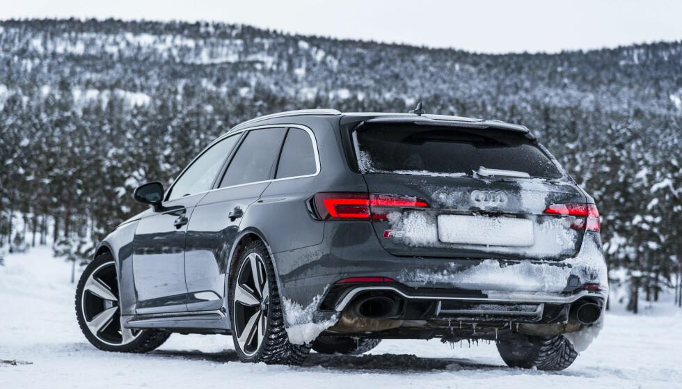 FYTTIRAKKERN SÅ FEIT: Med ganske enkle men dramatiske visuelle midler, har Audi klart å gjøre anonyme A4 til et hakeslepp med RS4. Foto: Jamieson Pothecary