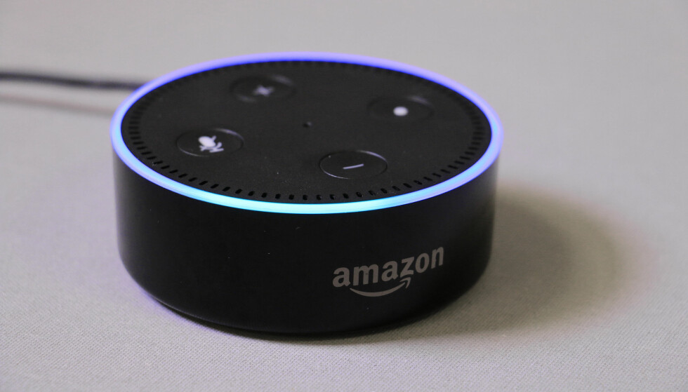 «ALEXA»: Amazons lille smarthøyttaler, Echo Dot, kan hjelpe til med det meste. Foto: Pål Joakim Pollen