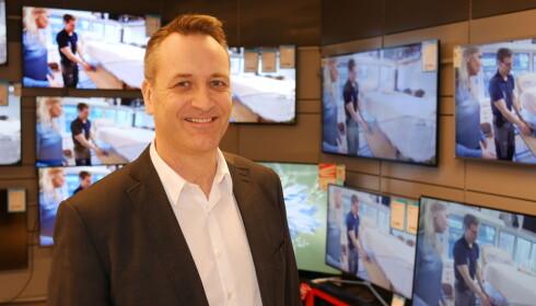 FORNØYD: Salget av TV-er er stabilt høyt og voksende i Norge, ifølge lederen i Elektronikkbransjen, Jan Røsholm. Foto: Elektronikkbransjen