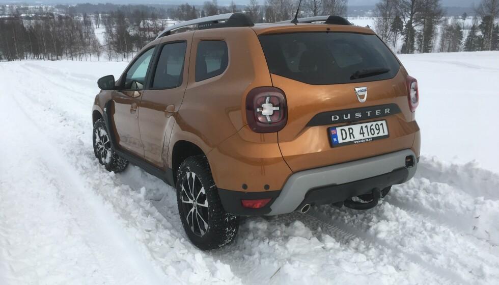 <strong>DESIGN:</strong> Det er særlig bakfra det er tydelig at det er satset på å gi Dacia Duster gjennomført formspråk, med markant nedre del og signatur-lykter. Foto: Knut Moberg