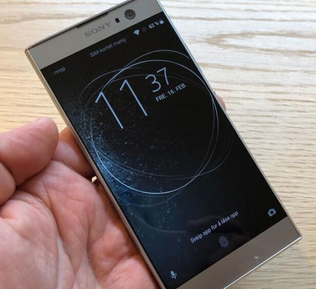 LÅSESKJERM: Som på de fleste Android-mobiler kan du sveipe opp for å låse opp mobilen, hvis du er forhindret fra å bruker fingeravtrykkleseren på baksiden. Foto: Bjørn Eirik Loftås