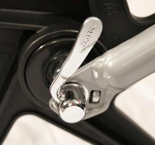 DETTE ER PROBLEMET: Problemet er ifølge de amerikanske forbrukermyndighetene en designfeil på denne hurtigkoblingen som gjør det mulig å koble forhjulet raskt av og på. De kritiserer at det er mulig å bruke vogna selv om hjulet ikke er koblet på korrekt - som igjen gjør at hjulet kan løsne i fart og påføre barn og voksne alvorlige skader. Foto: CPSC