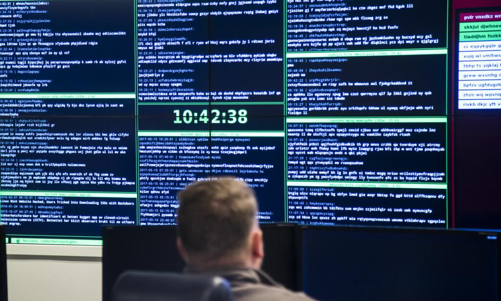OVERVÅKER: Norges nasjonale cybersenter - NorCERT sitt operasjonssenter i Oslo er den operative delen av Nasjonal sikkerhetsmyndighet (NSM) som håndterer alvorlige dataangrep mot samfunnskritisk infrastruktur og informasjon. Foto: Foto: Heiko Junge / NTB scanpix.