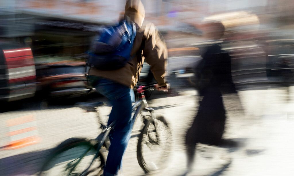 FARLIG: Sprekere motor i sykkelfeltet kan føre til farlige situasjoner, mener det danske Cyclistforbundet. Foto: Volodymyr Baleha/Shutterstock/NTB scanpix