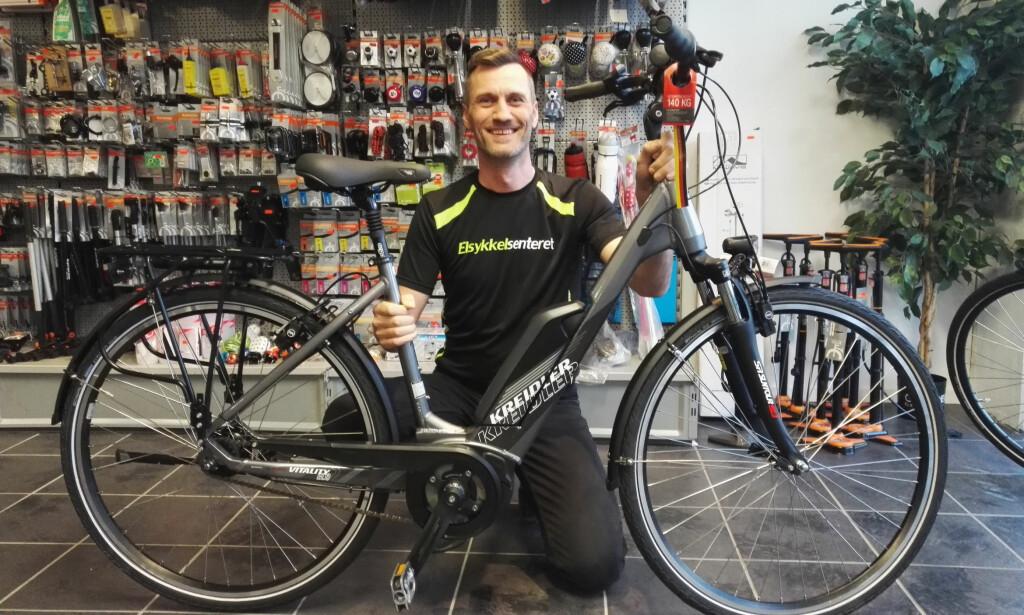 FLEST AV DISSE: Tommy Rasmussen selger knapt 45 km/t-elsykler, men han tror mange gjør fikser på vanlige 25-sykler selv. Foto: Elsykkelsenteret