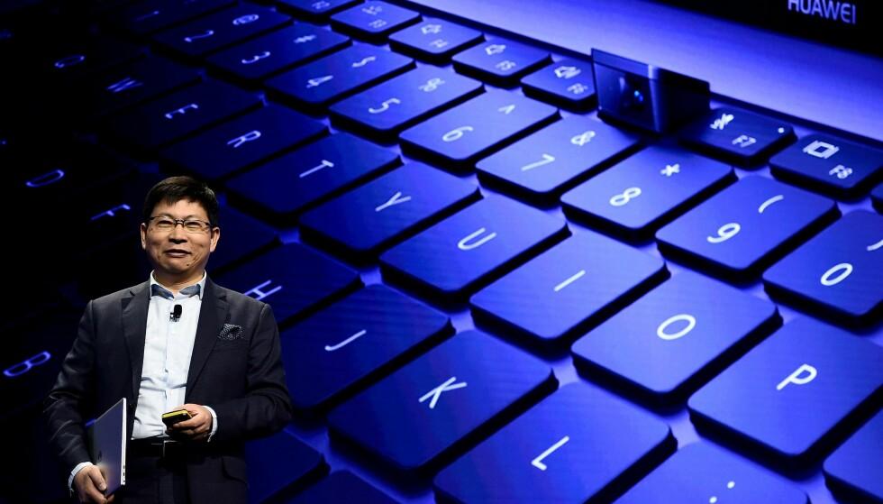 KAMERA I KNAPPEN: Huaweis toppsjef, Richard Yu, viser frem webkameraet på Matebook X Pro. Det er gjemt under en av knappene og spretter opp når du trykker på den. Foto: Josep Lago / AFP / NTB Scanpix
