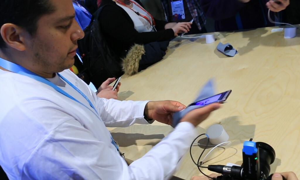 FREM MED PUSSEFILLA: Sony-representanten måtte stadig vekk frem med pussefilla for å fjerne fingermerkene fra selskapets nye toppmodell, Xperia XZ2. Foto: Ole Petter Baugerød Stokke