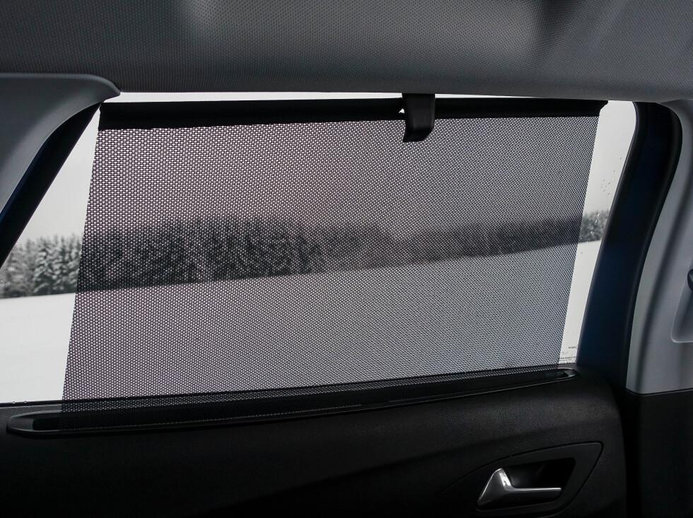MØRKT: Sotet bakruter og innvendig rulle-gardin. Hvor mange soldager tror Opel vi egentlig har i Norge? Foto: Rune M. Nesheim
