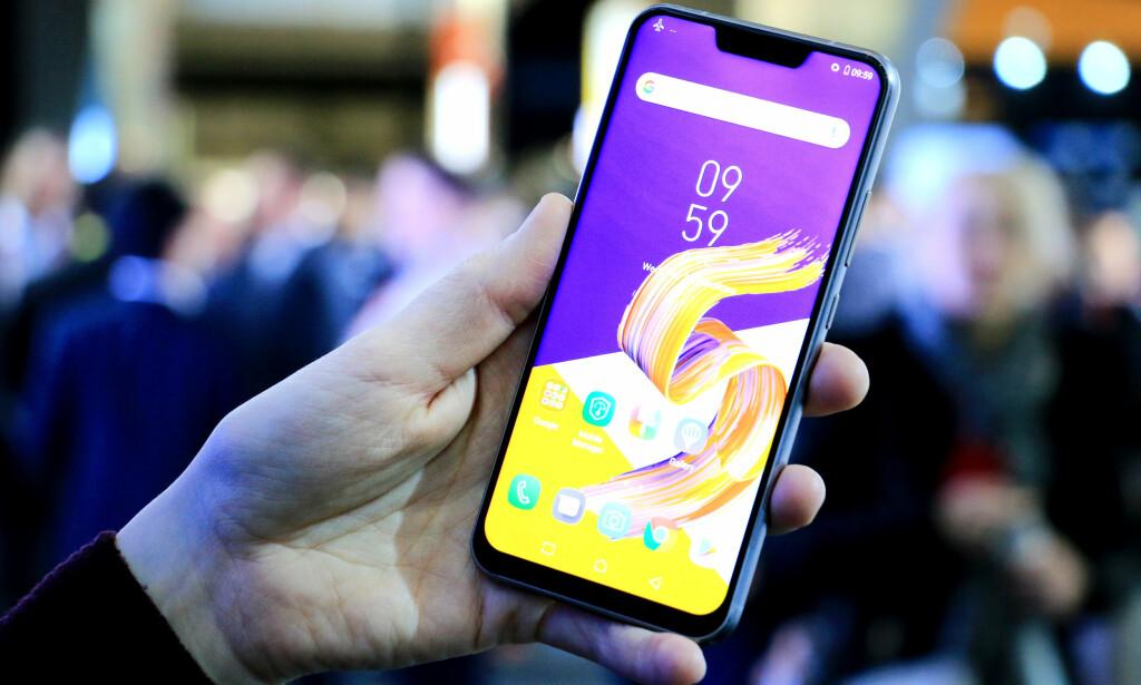 SE SÅ MYE SKJERM: Asus følger trenden med mest mulig skjerm og minst mulig kant med sin nye Zenfone 5. Resultatet er en mobil som ligner veldig på Apples iPhone X. Foto: Ole Petter Baugerød Stokke