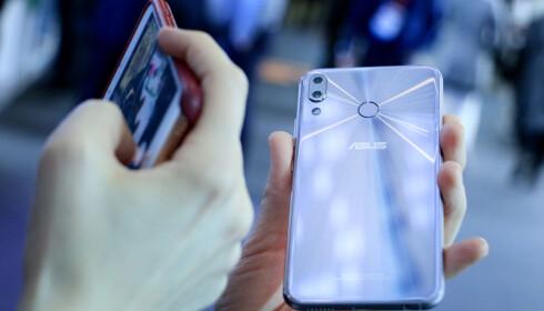 FINGERAVTRYKKSLESER BAK: Som så mange andre Android-mobiler, har Zenfone 5 fingeravtrykksleser på baksiden. Foto: Ole Petter Baugerød Stokke