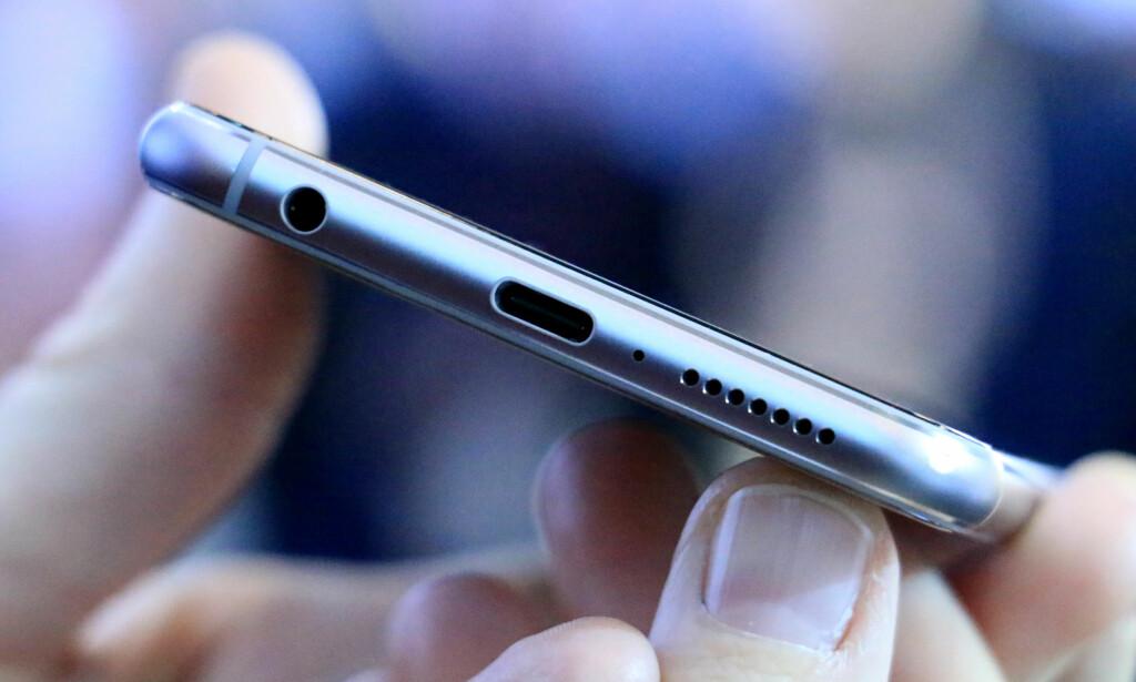 HODETELEFON-UTGANG: Zenfone 5 kan se ut som iPhone X, men tar du en nøyere titt, vil du se at den blant annet har hodetelefon-utgang. Mobilen lades dessuten med USB-C. Foto: Ole Petter Baugerød Stokke