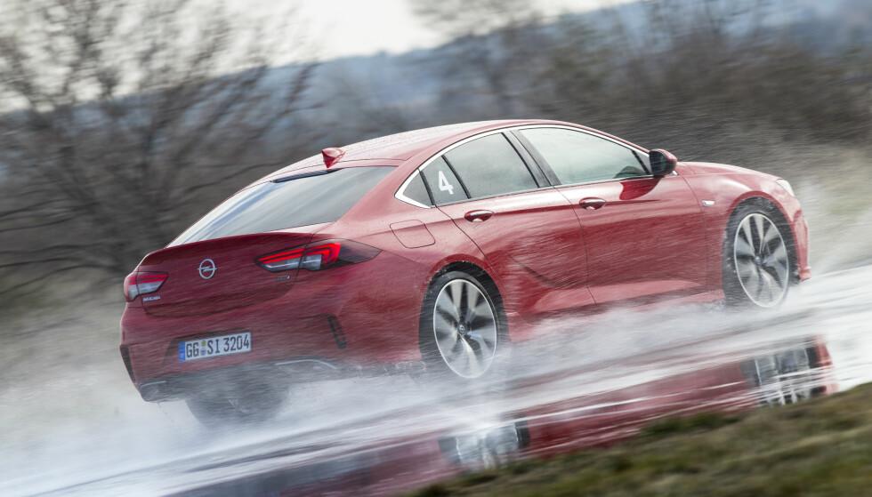 TESTBANE: Vi testet grep og balanse på Michelins testbane. Det var vanskelig å bedømme forskjeller, siden vi bare kjørte GSi, men den biter godt fra seg og skal klare Nürburgring 12 sekunder raskere enn sin 65 hester sterkere forgjenger. Foto: Opel