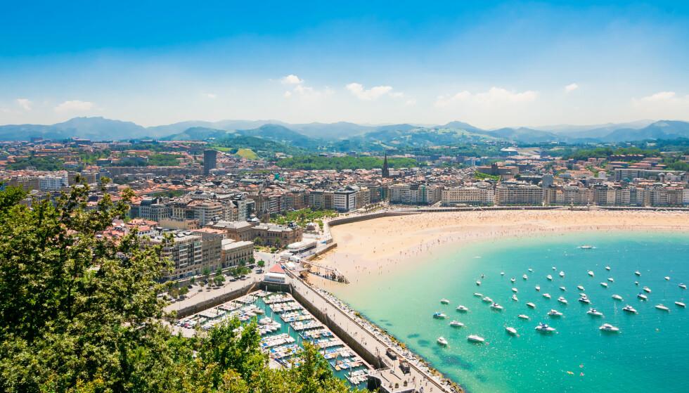 BEST I EUROPA: Dette er Europas beste strand, ifølge Trip Advisors brukere: La Concha.stranden i Donostia, San Sebastian. Badetemperaturene er imidlertid ikke de beste blant topp 10 strender i Europa. Gjennomsnittstemperatur i vannet i juli er 24 grader. Foto: Shutterstock/NTB scanpix
