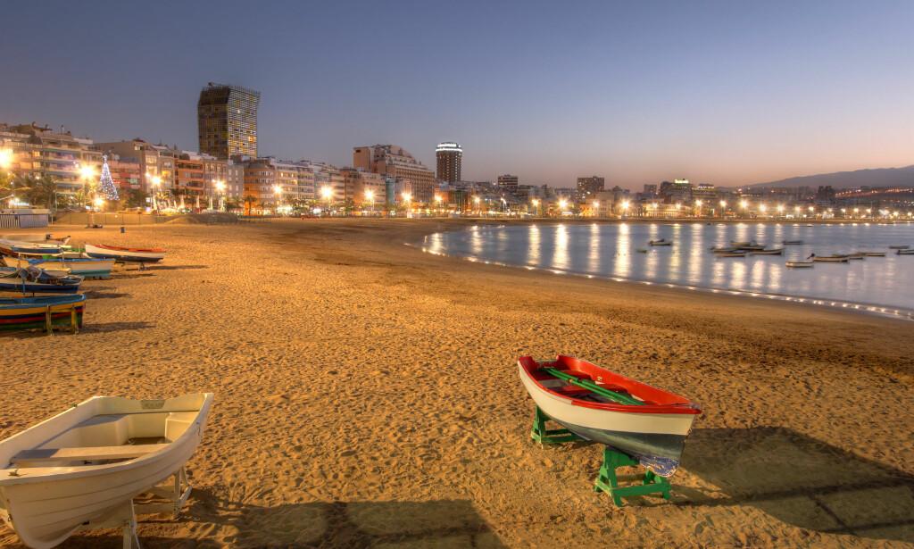 NORSK FAVORITT: Nordmenn elsker Gran Canaria - som er favoritt i vintersesongen. Badetemperaturene her, på TripAdvisor-favoritten Las Canteras i Las Palmas, er imidlertid ikke mer enn vi får i Sør-Norge på en grei sommerdag: 21 grader er gjennomsnittstemperaturen i vannet her på Las Canteras i juli. Varmest i vannet er det i august, september og oktober: Da er det 22 grader. Foto: Shutterstock/NTB scanpix