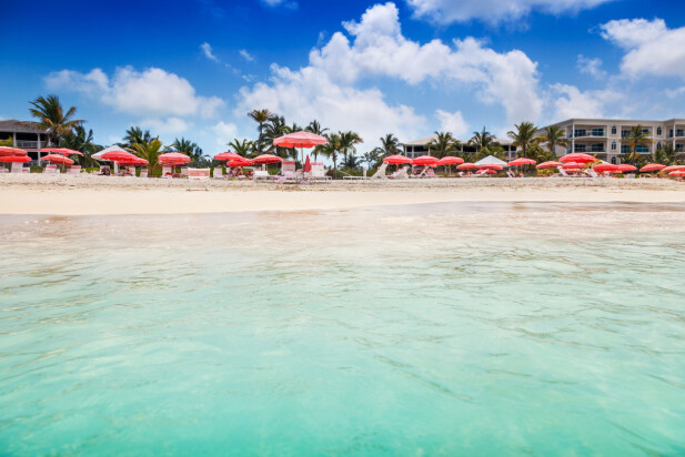 VERDENS BESTE STRAND: Denne stranden, Grace Bay-stranden, på Turks- og Caicosøyene utenfor Cuba topper TripAdvisors liste med verdens beste strender. Her dukker badetemperaturen aldri under 25 grader - og varmest er det fra juni til november, med 28 grader i vannet. Foto: Shutterstock/NTB scanpix