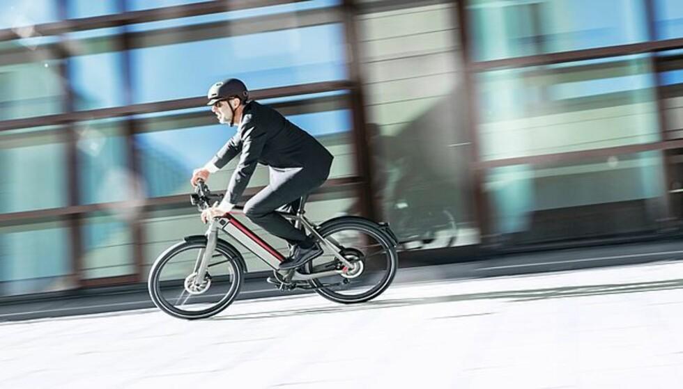 ULOVLIG: Slik kan du ikke sykle med en elsykkel som har motor som er kraftigere enn 250 watt og som fortsetter å gi tråkkehjelp ved 25 kilometer i timen. Skilt, speil, lys og MC-hjelm kreves. Foto: Stromer
