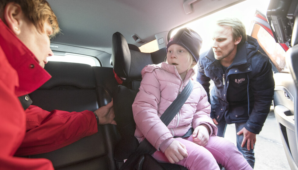 BRUKERVENNLIGHET TESTES: Lillian Korsar fra NTF undersøker hvordan Johan Sand har festet sin datter Alma i en av stolene. Foto: Anna Sigge